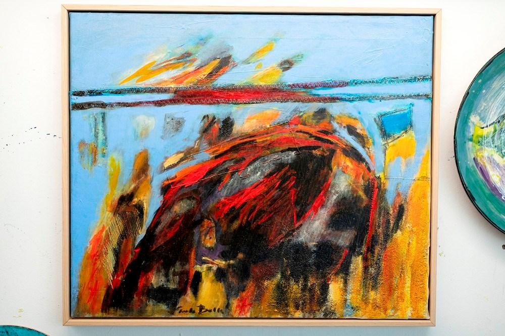 De nyeste malerier er malet på slidt sejldug. Foto: Jens Nielsen