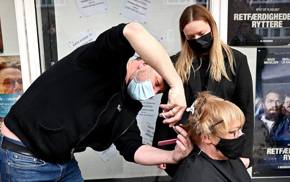Brian Sønder Andersen klippede coronahåret på Susanne Topp Petersen, godt assisteret af Cecilie Lund. Foto: Jens Nielsen