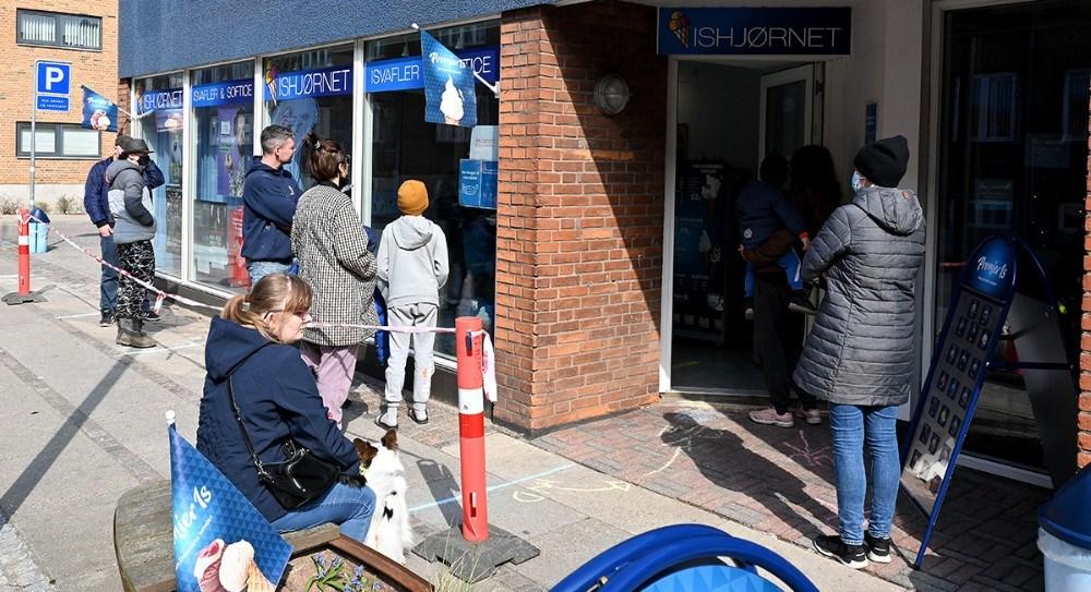 Mange kom forbi for at købe is lørdag eftermiddag. Foto: Jens Nielsen
