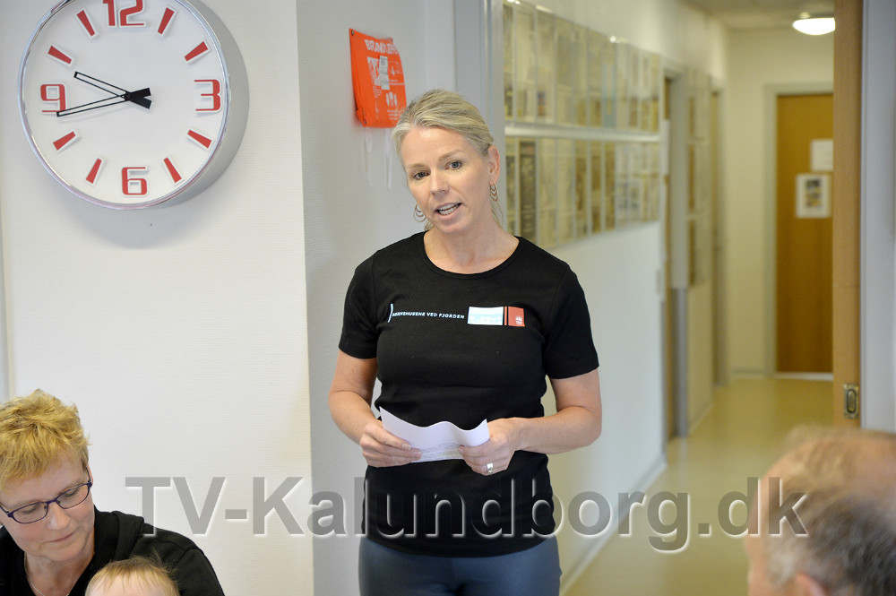 områdeleder Rikke Skude Ravnholt talte til Ellis Berthelsen. Foto: Jens Nielsen