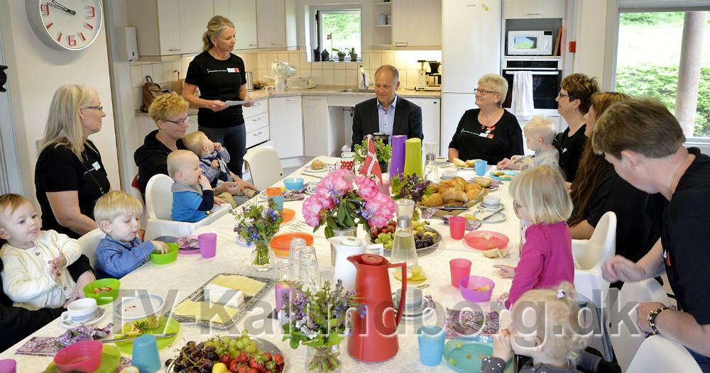 Børn, kollegaer og borgmestren var mødt frem tilafskedsreception for Ellis Berthelsen. Foto: Jens Nielsen