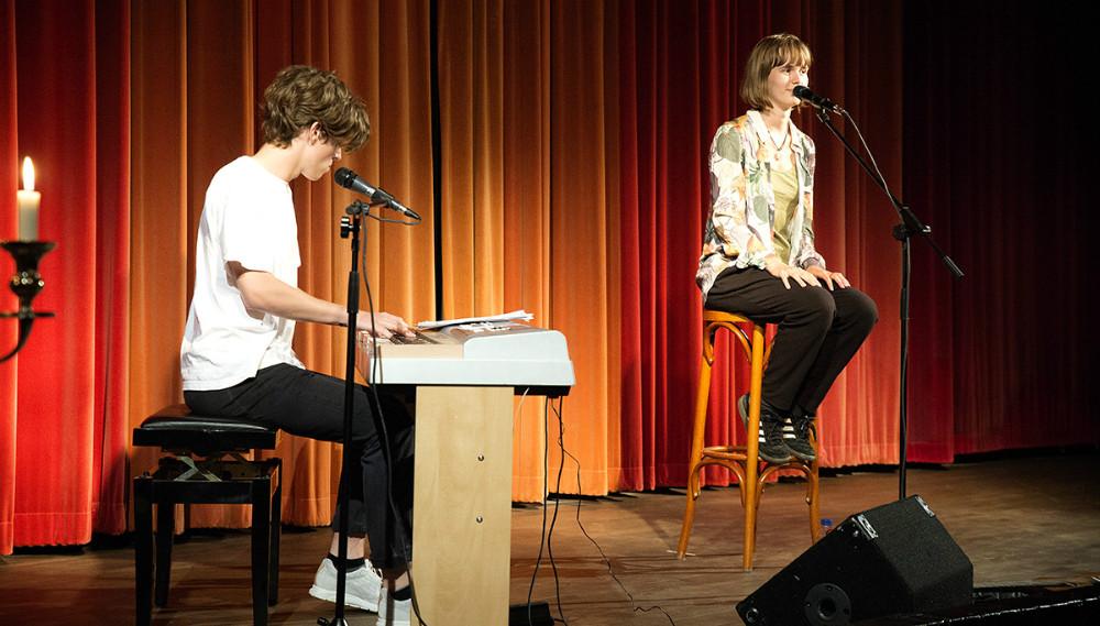 Agnes og Oskar Faye underholdte gæsterne. Foto: Jens Nielsen