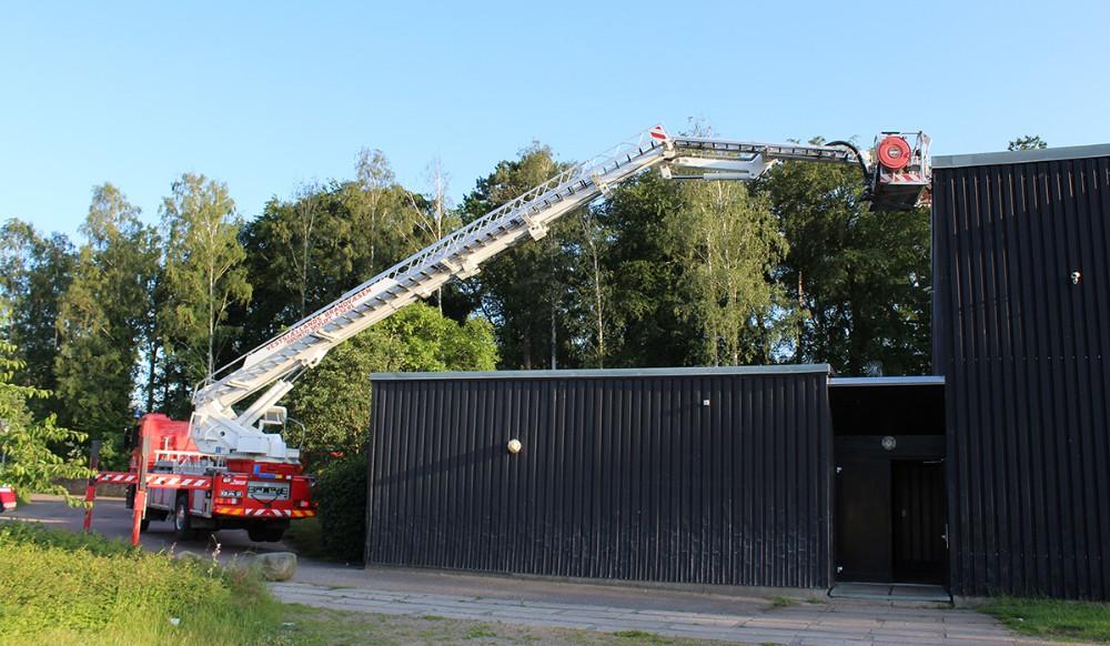Brandvæsenet kørte redningsliften i stilling og sendte en brandmand op på taget, for at være helt sikker på at der ikke var ild der. Foto: Frederik Jørgensen