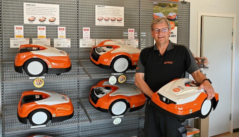 Steen Gammelby laver nu sin forretning om til et robotplæneklippercenter. Foto: Jens Nielsen