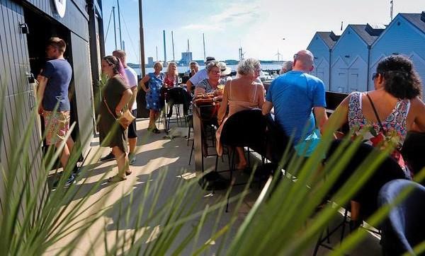 Hver fredag sommeren over spiller man solen ned på Asgers Bar. Privatfoto.