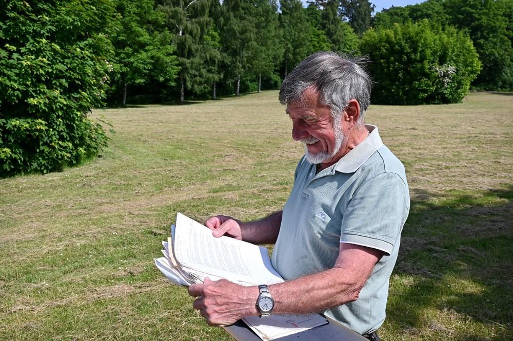 Hermann Hansen var dybt involveret i fredningen af Kystskoven. Han har gemt alle dokumenterne fra dengang, og det ses tydeligt, at det var en stor sag. Foto: Jens Nielsen