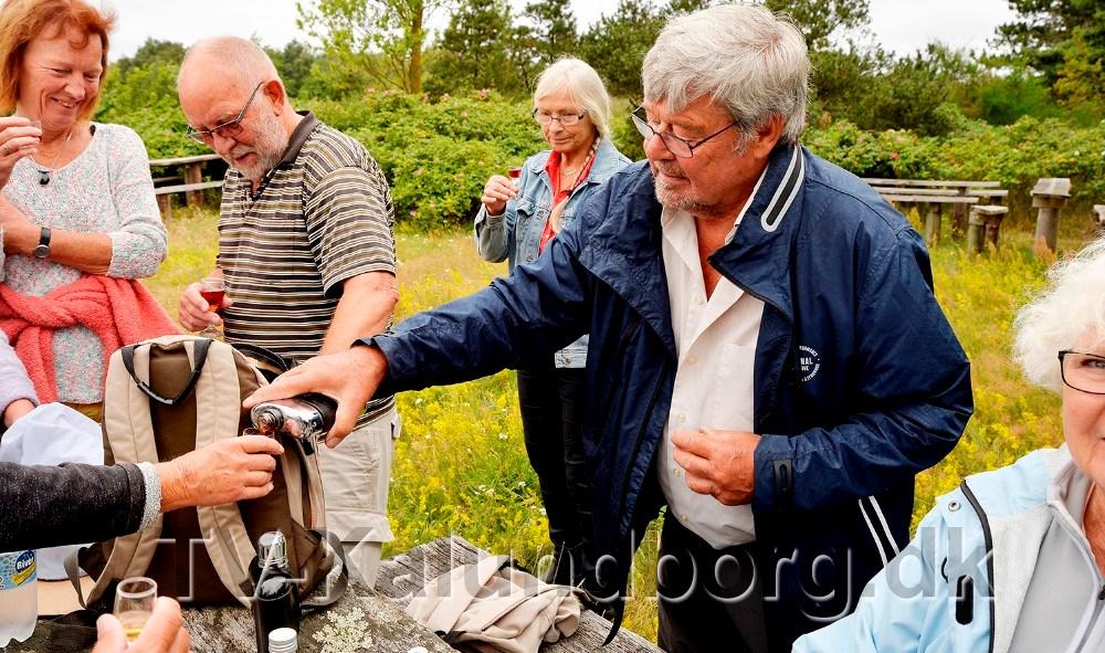 Christian Damlund skænker op af snapsen. Foto: Jens Nielsen