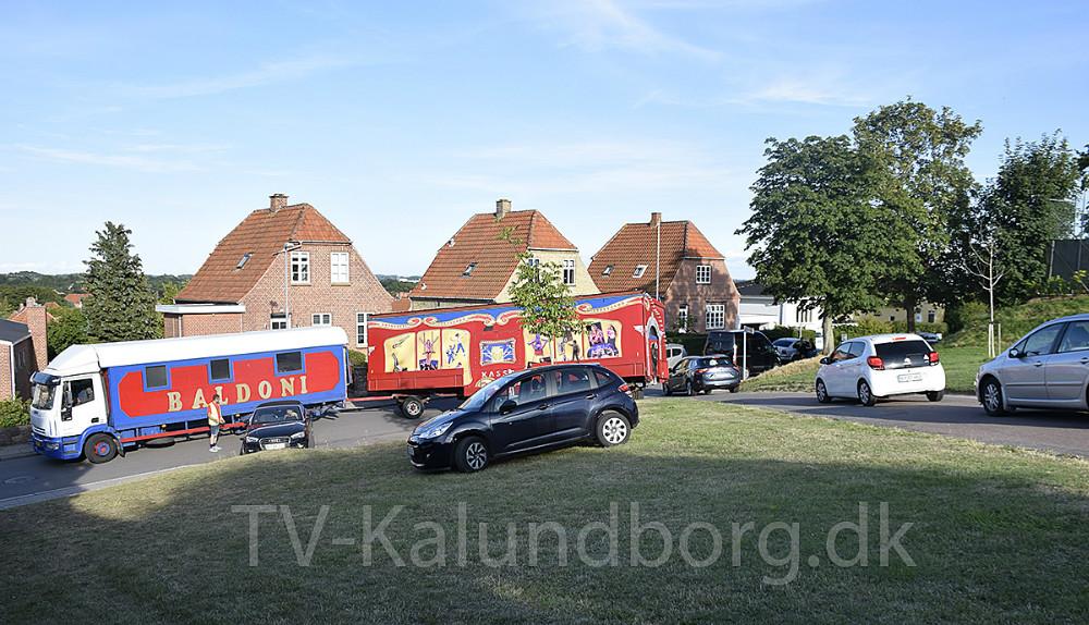 Onsdag aften sad en af de store cirkusvogne fra Cirkus Baldoni fast på vej ned fra Møllebakken til Valentin Jensensvej. Foto: Gitte Korsgaard.