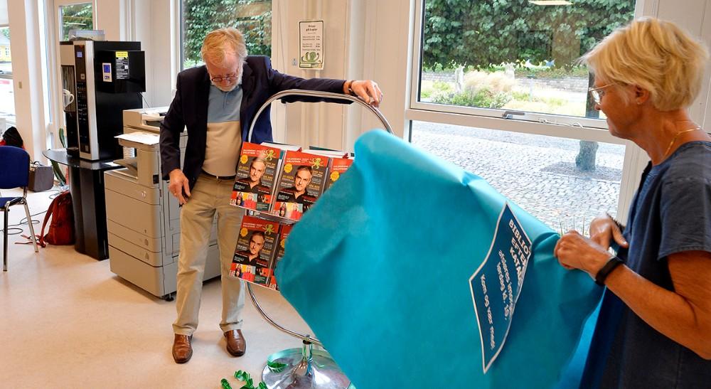 Hans Kurt Jørgensen pakkede de nye kataloger ud sammen med biblioteksleder Jette Mygind. Foto: Jens Nielsen