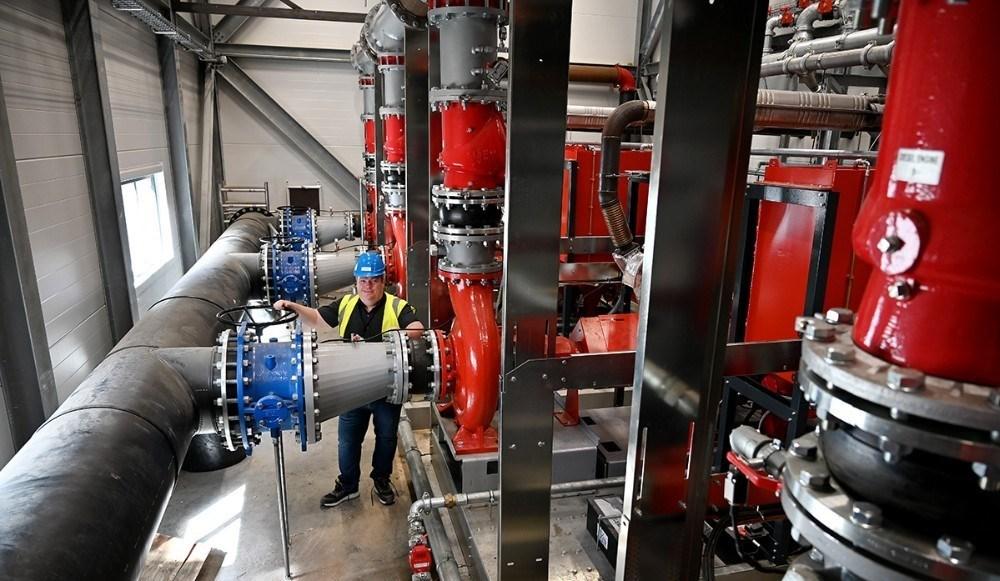 Tre store dieseldrevne pumper giver vand til sprinkleranlægget. Foto: Jens Nielsen