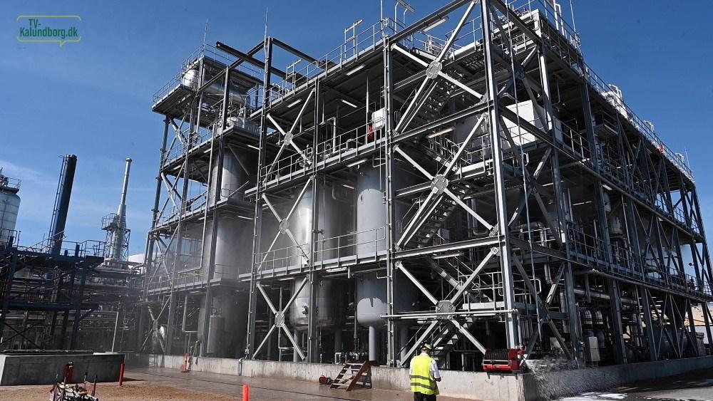 Mandag blev sprinkleranlægget testet på det nye Avista Green raffinaderi. Foto: Jens Nielsen
