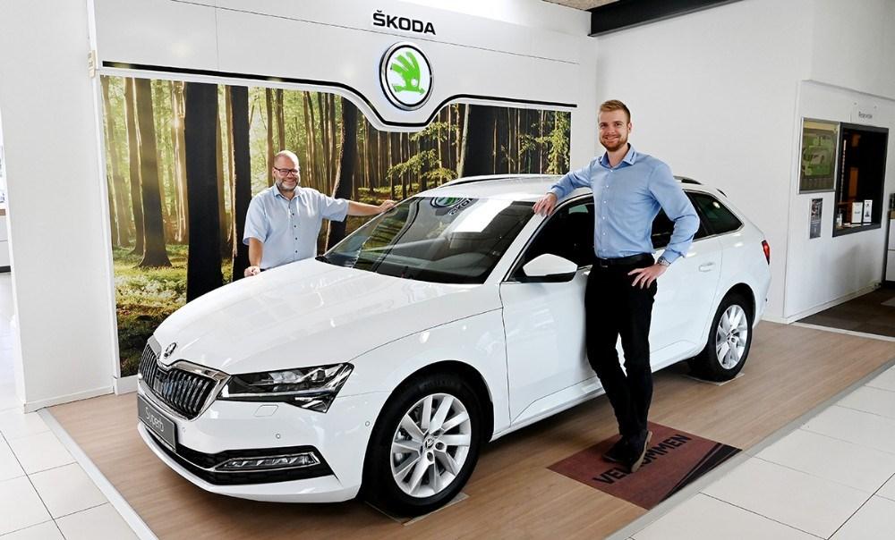 Salgsrådgiverne Renè Petersen og Mathias Jakobsen er klar til at vise den nye Skoda Superb frem på søndag. Foto: Jens Nielsen