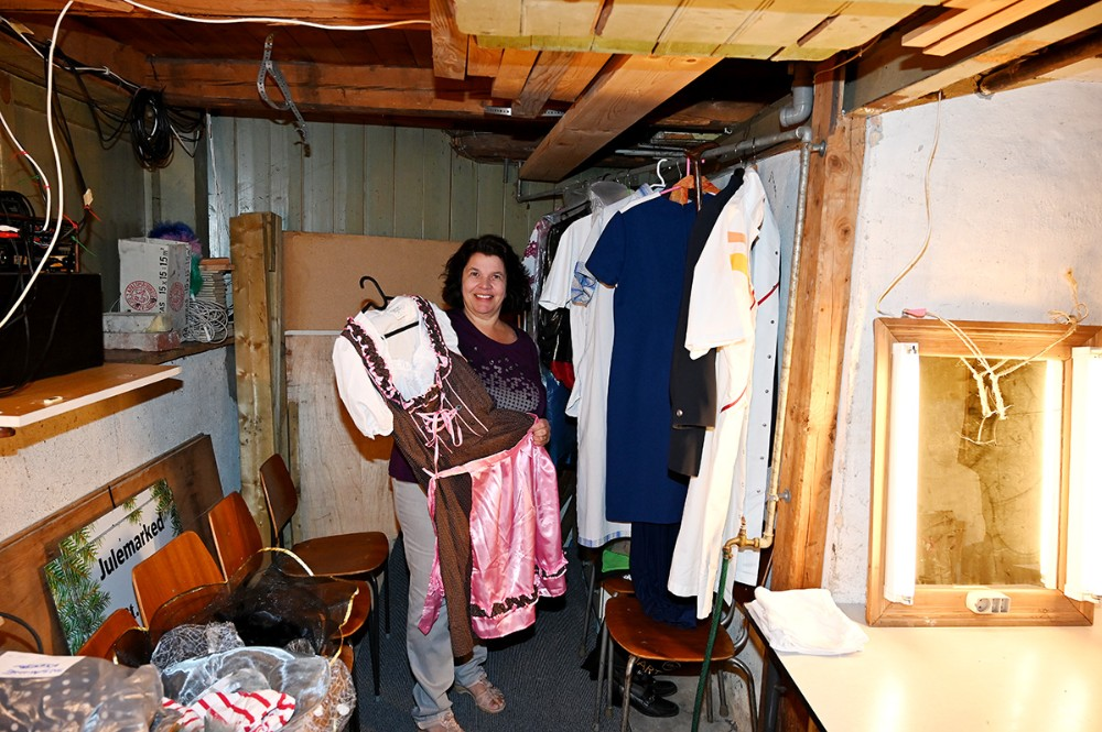 Githa Klarstrup i kældern under scenen, hvor der bl.a. klædes om. Githa har i øvrigt været med i revyen hele 27 gange. Foto: Jens Nielsen