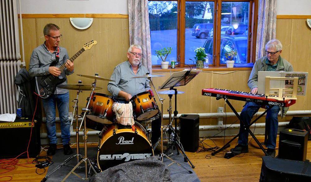 Det er Ole Jensen, Ivan Jakobsen og Benny Navne som sørger for den musikalske opbakning til revyen. Foto: Jens Nielsen