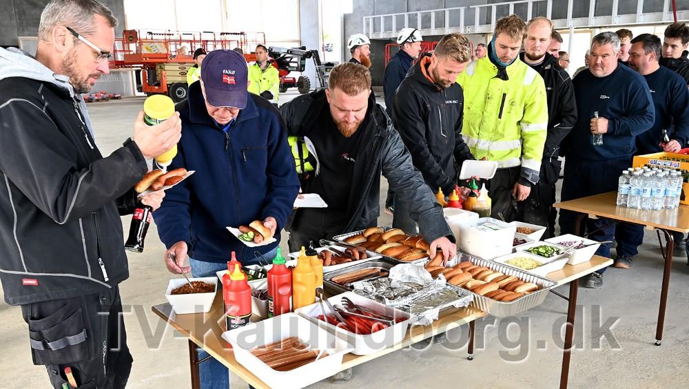 Der var pølser til håndværkerne og de inviterede gæster. Foto: Jens Nielsen