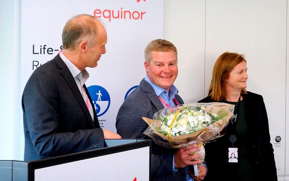 Jesper Hansen fik prisen på de 40.000 kroner overrakt af adm. direktør for Equinor Refining Denmark, Jofrid Klokkehaug. Foto: Jens Nielsen