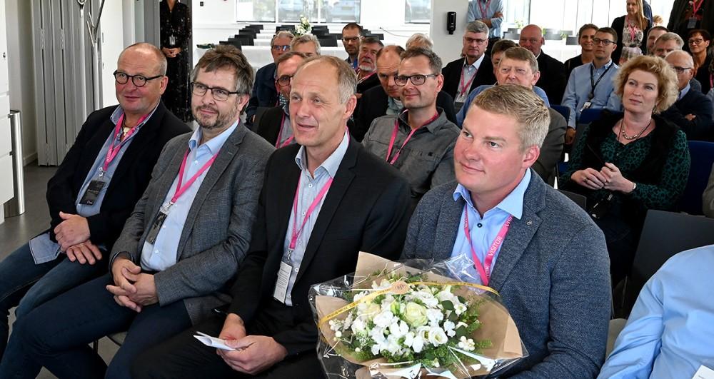 Jesper Hansen sammen med priskomiteen. Foto: Jens Nielsen