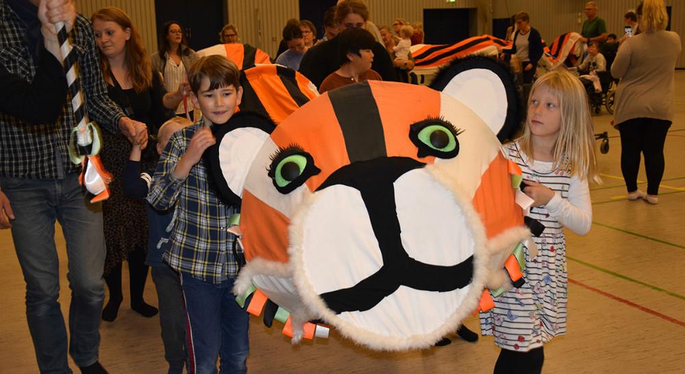 ´Tigertræning legekoncert´ i Kalundborg Hallen torsdag formiddag var populær blandt børn og voksne. Foto: Gitte Korsgaard