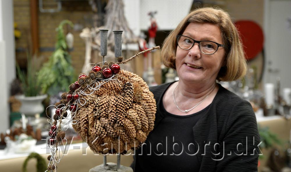 Kirsten Stampe Jensen fra Blomsterværkstedet klar med både blomsterjuleshow og  julestue. Foto: Jens Nielsen