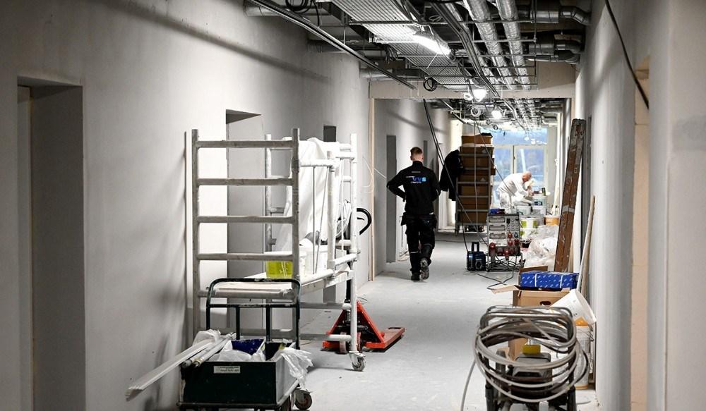 Håndværkerne er ved at lægge sidste hånd på de to næste etager på det tidligere sygehus, nu KalundborgKollegiet. Foto: Jens Nielsen