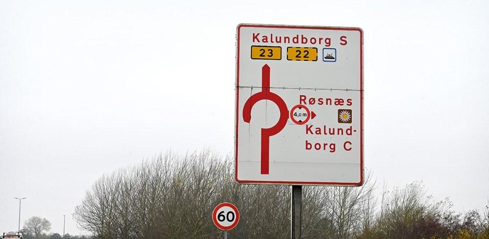Færdselstavlen på Holbækvej ved Tømmerup Kirke er misvisende, da skiltet der er eftermonteret, med max højde på 4.0 meter, er placeret forkert. Foto: Jens Nielsen