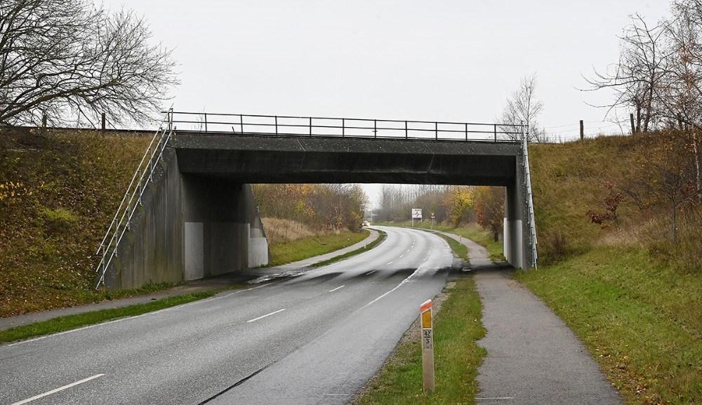 Jernbanebroen på Hovvejen kan kun passeres af køretøjer med en max højde på 4,0 meter. Foto: Jens Nielsen