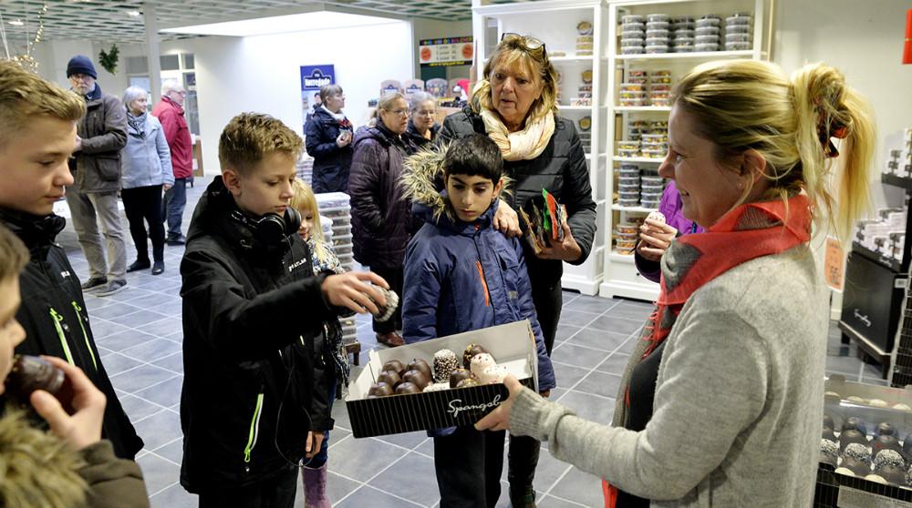 Der er altid en smagsprøve på de lækre flødeboller når man besøger fabriksudsalget. Foto: Jens Nielsen