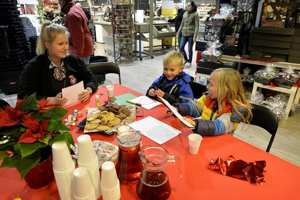 Børneparkering hvor der klippes julepynt og spises småkager. Foto: Jens Nielsen