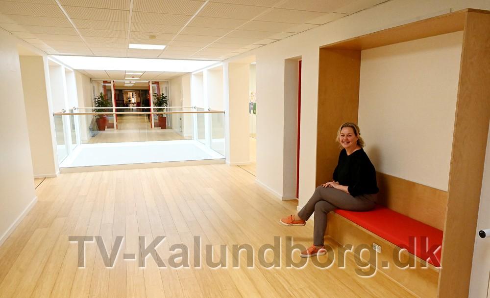 Trine Fogh Lauridsen, uddannelseschef på Kalundborg Gymnasium og HF. Ibaggrunden lysskakten der går hele vejen gemmen bygningen. Foto: Jens Nielsen