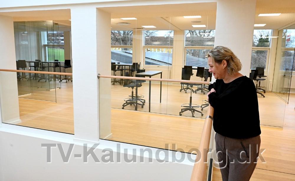 Trine Fogh Lauridsen, uddannelseschef på Kalundborg Gymnasium og HF ved den nye lys skakt som går gennem alle etager. Foto: Jens Nielsen