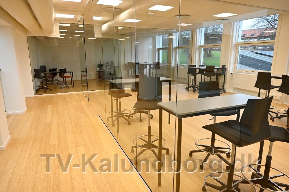 På førstesalen er der etableret en række gruppeværelser, åbent og lyst med vægge i glas. Foto: Jens Nielsen