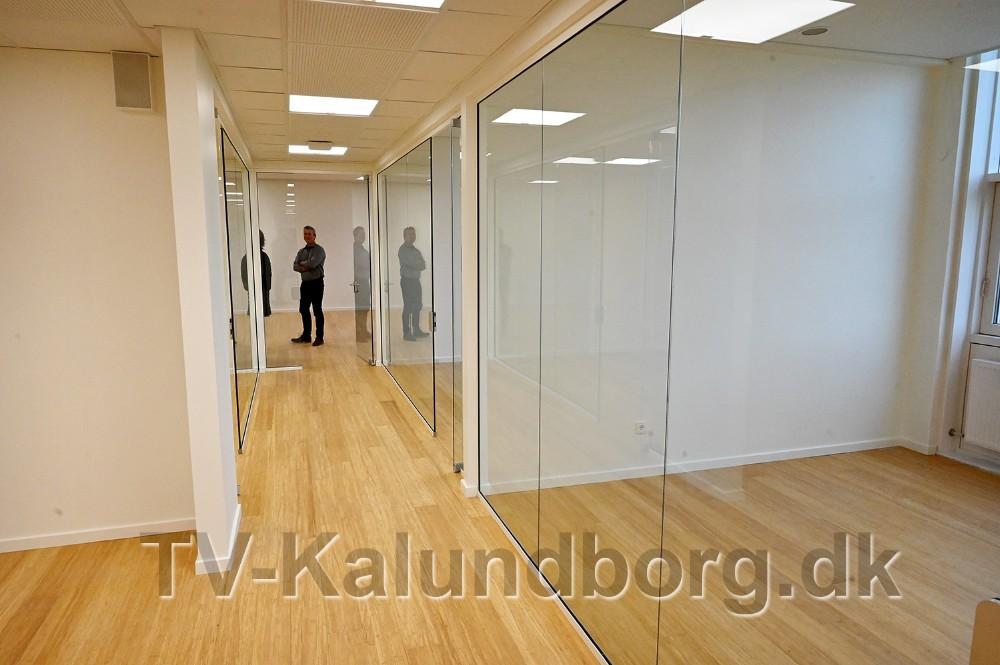 Administrationens kontorer er også lyse og venlige med vægge i glas. Foto: Jens Nielsen