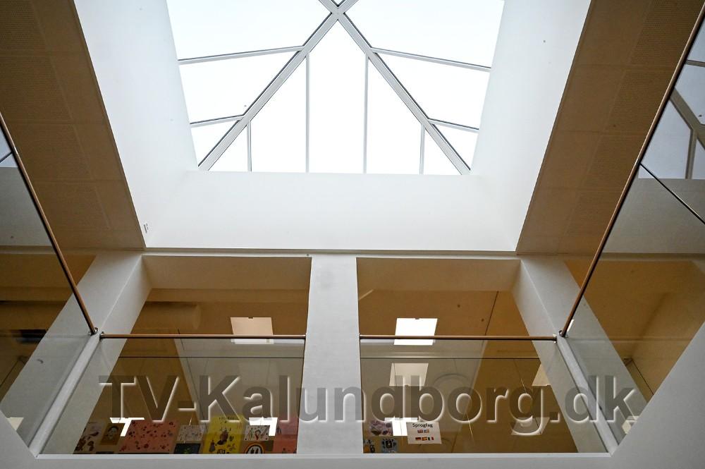 Den nye lys skakt går gennem alle etager og giver masser af lys i kantinen. Foto: Jens Nielsen