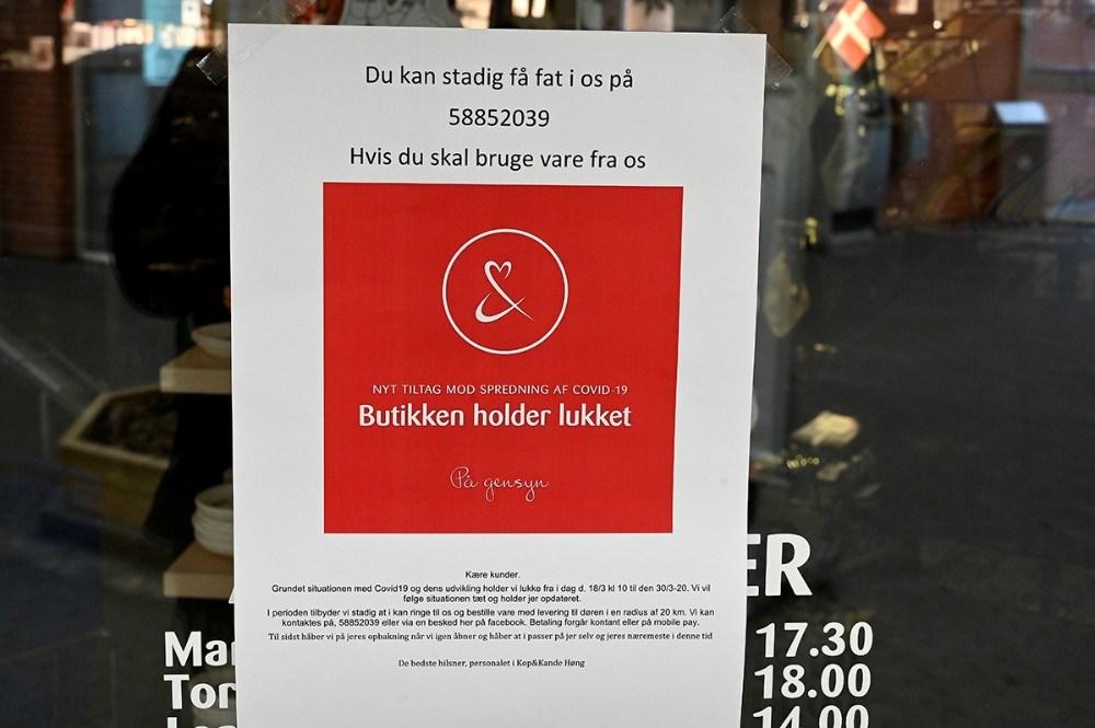 Kunderne bliver informeret med sedler på vinduerne. Foto: Jens. Nielsen