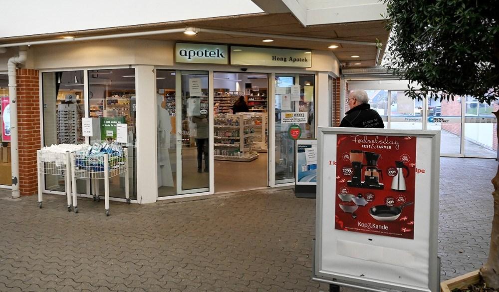 Apoteket er en af de få butikker som holder åbent. Foto: Jens Nielsen