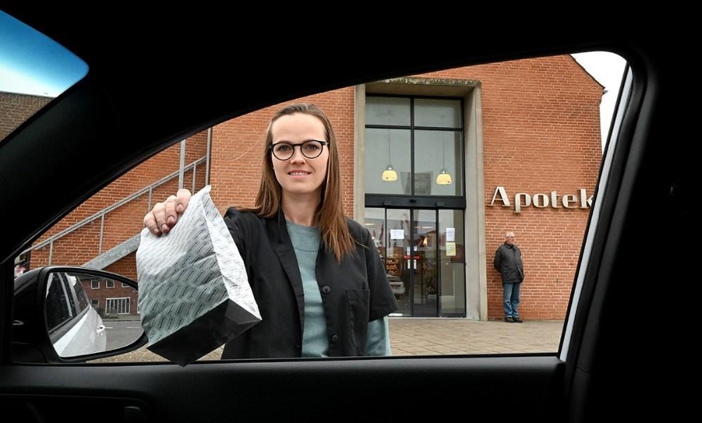Anna Caroline Brasen fra Kalundborg Svane Apotek, er en af de medarbejdere som er klar til at levere den bestilte medicin direkte ind gennem sideruden. Foto: Jens Nielsen