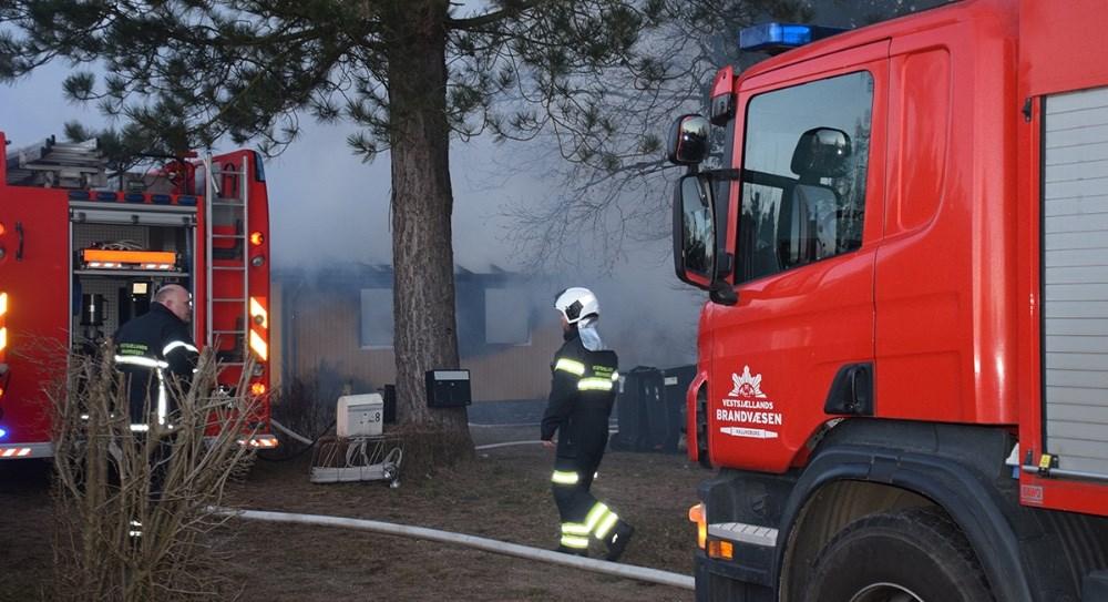 Vestsjællands Brandvæsen var hurtig ude ved sommerhuset, der brændte voldsomt torsdag aften omkring kl. 18. Foto: Gitte Korsgaard.
