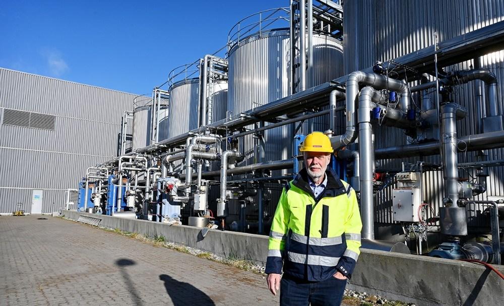 Henrik Maimann foran de fire tanke som indeholder alkoholbasen fra Carlsbergs. Foto: Jens Nielsen