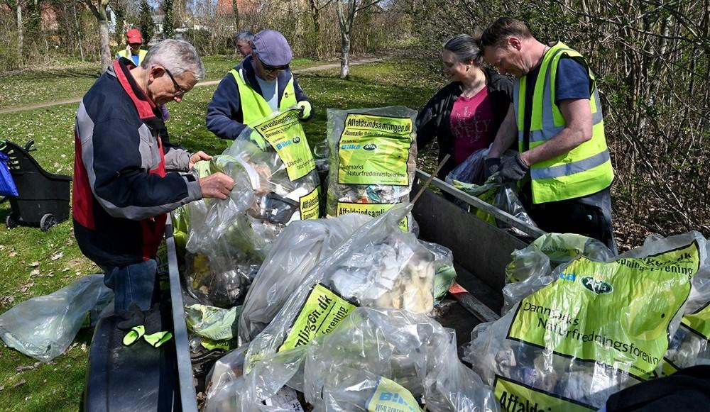 Det indsamlede affald blev sorteret inden det blev kørt til genbrugspladsen. Foto: Jens Nielsen
