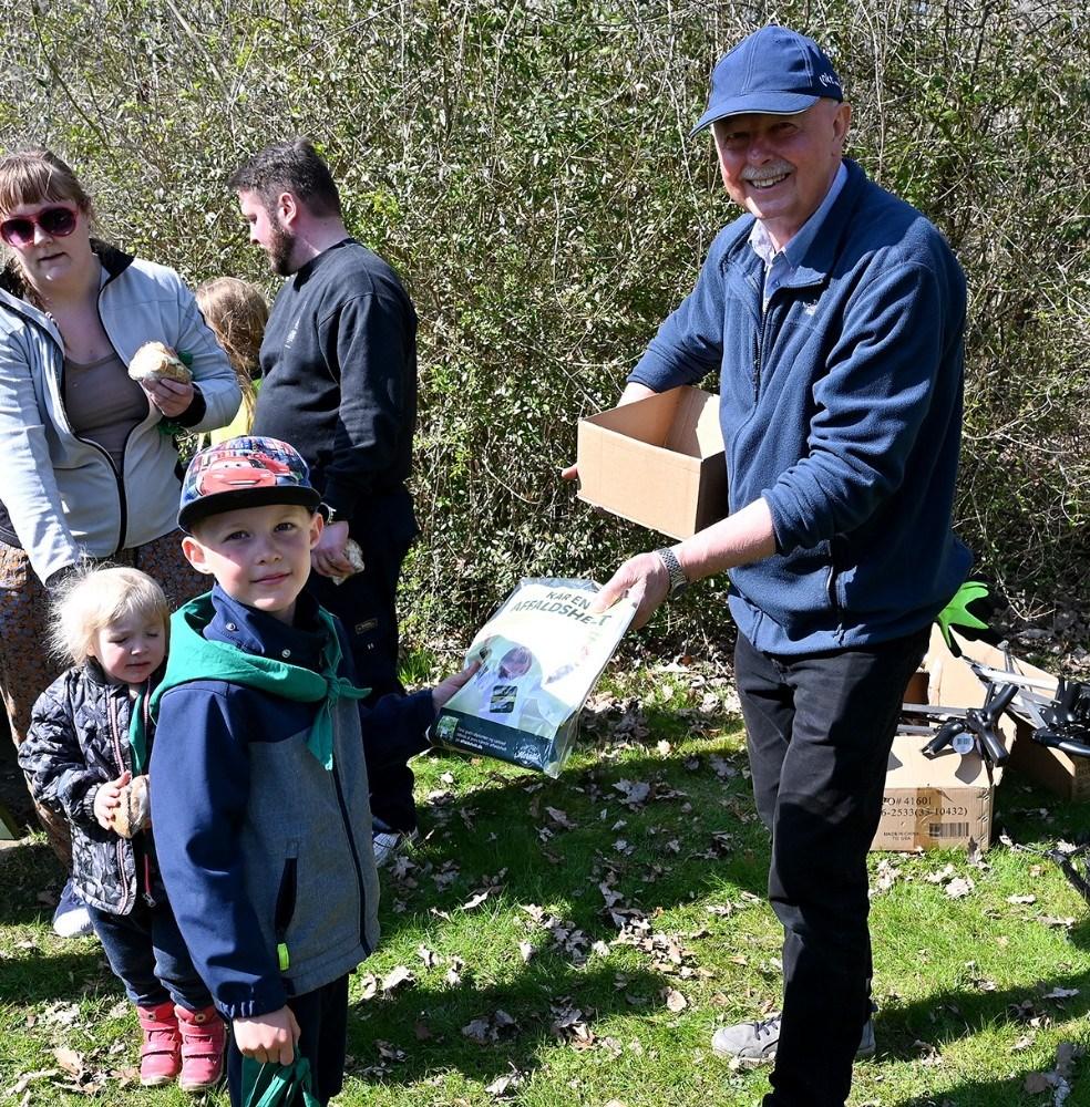 5-årige Oskar Badeby fik overrakt en T-shirt af Erik Voss, formand for Hvidebæk Lokalråd. Foto: Jens Nielsen