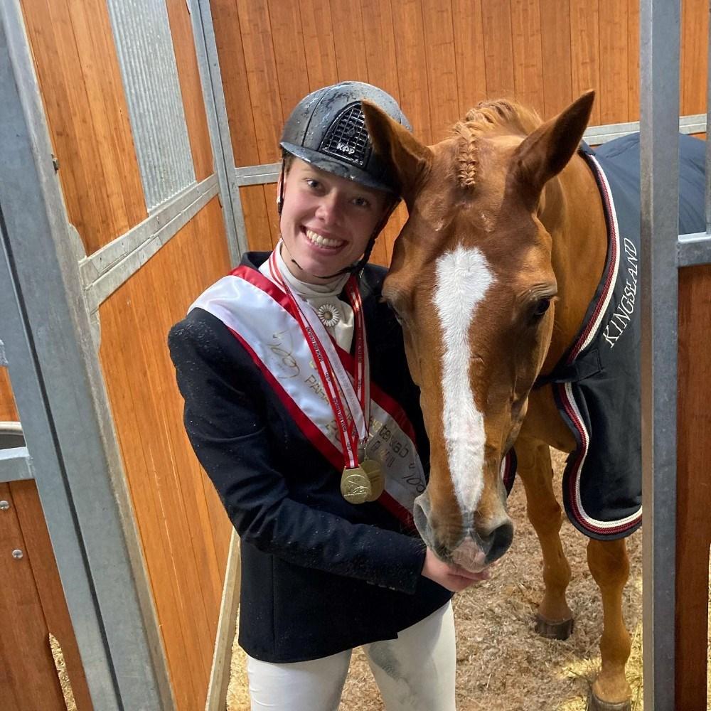 Katrine Kristensen med sin hest Welldone. Privatfoto