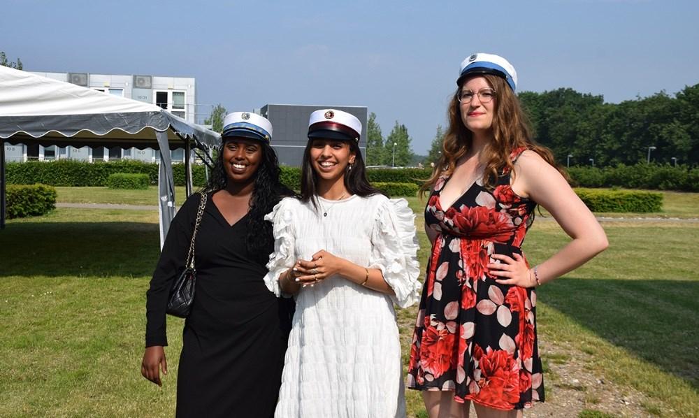 Laura Dyring Jeppesen (th), Hibeh A. Al-Rekabi og Anood Yusuf  blev årets første studenter fra Kalundborg Gymnasium.  Foto: Gitte Korsgaard.