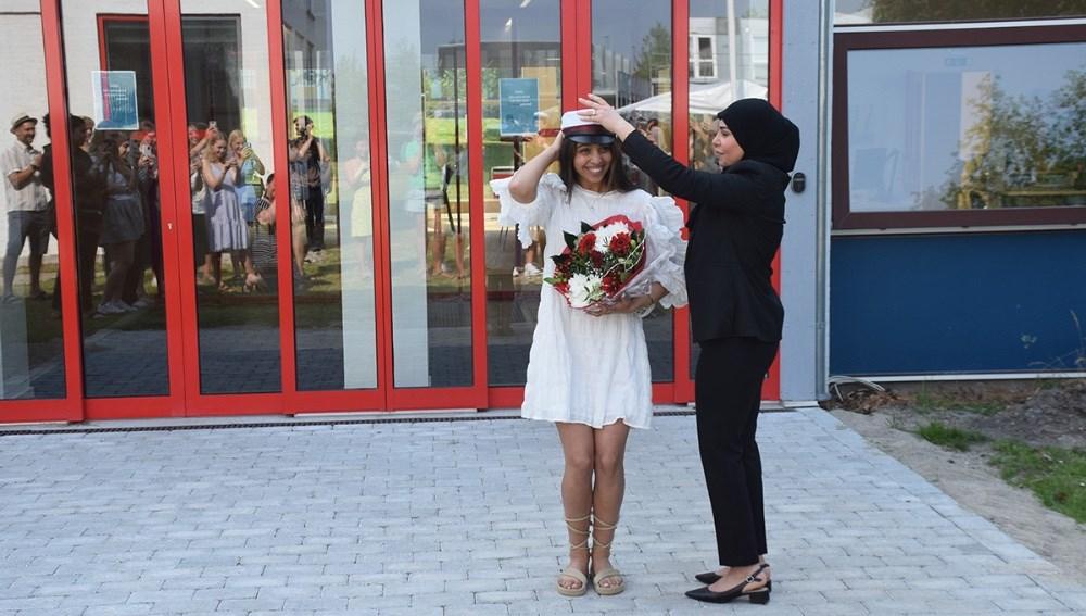 Hibeh A. Al-Rekabis mor gav den glade student sin hue på fredag formiddag. Foto: Gitte Korsgaard