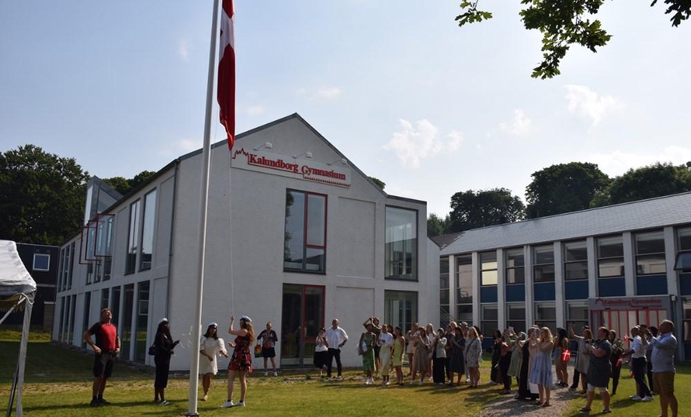 Flaget bliver hejst af de tre studenter. Foto: Gitte Korsgaard.
