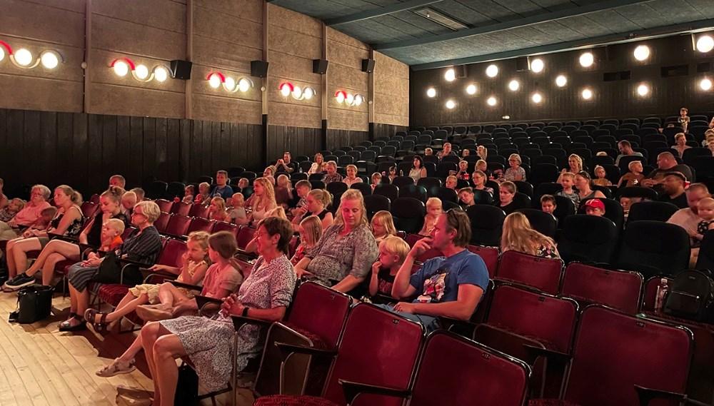 Sigurd Barrett gav koncert fredag eftermiddag i Kino Den Blå Engel. Koncerten var en julegave til børnene fra Mødrehjælpen Kalundborg.