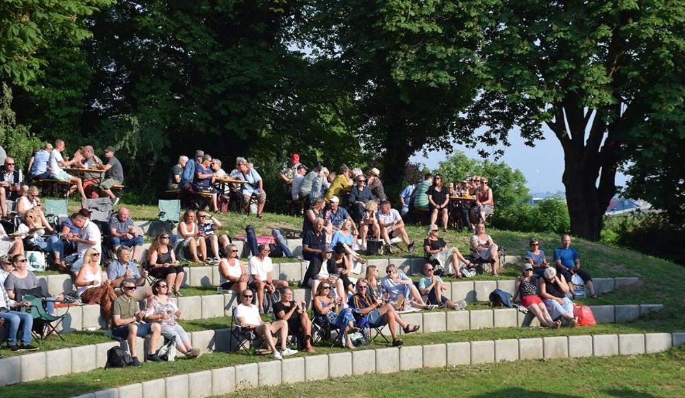 Kalundborgenserne nyder musik, solskin og kolde øl til Musik I Gryden fredag aften. Fotos: Gitte Korsgaard.