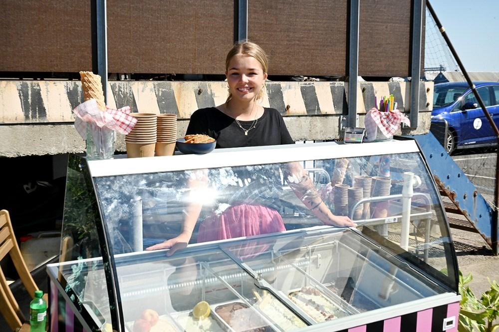 Luna Guldbech klar til at servere is for kunderne. Foto: Jens Nielsen
