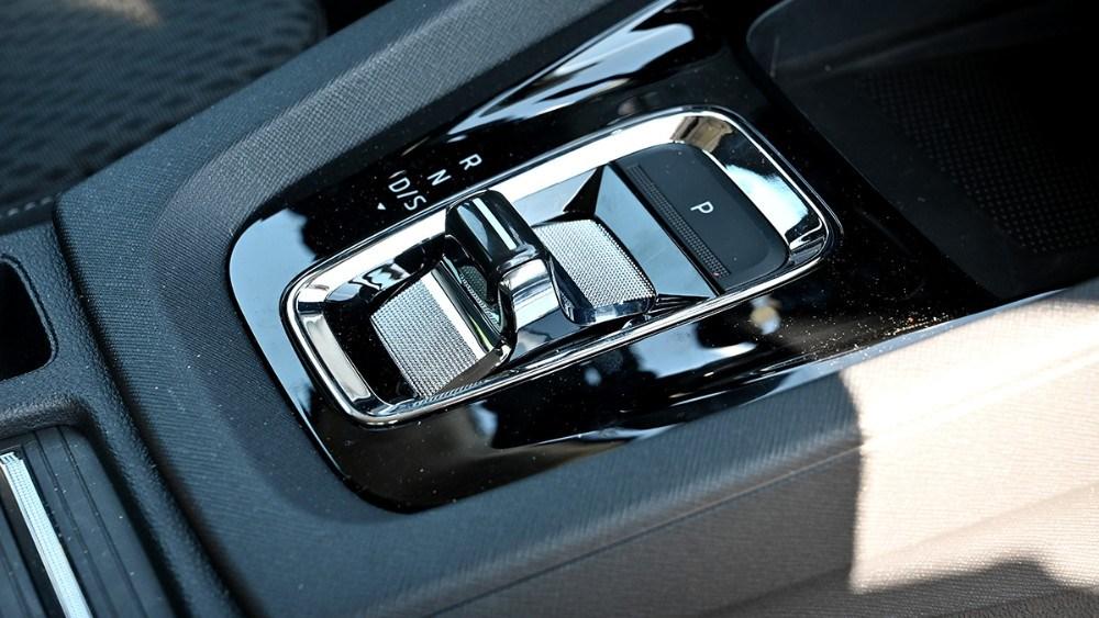 I den nye Skoda Octavia med automatgear er gearstangen blevet til en skygge af sig selv. I stedet for et stort håndtag aktiverer du nu bilens DSG-gearkasse ved hjælp af en lille pal i midterkonsollen lidt i stil med den, du finder i en Porsche 911. Foto: Jens Nielsen
