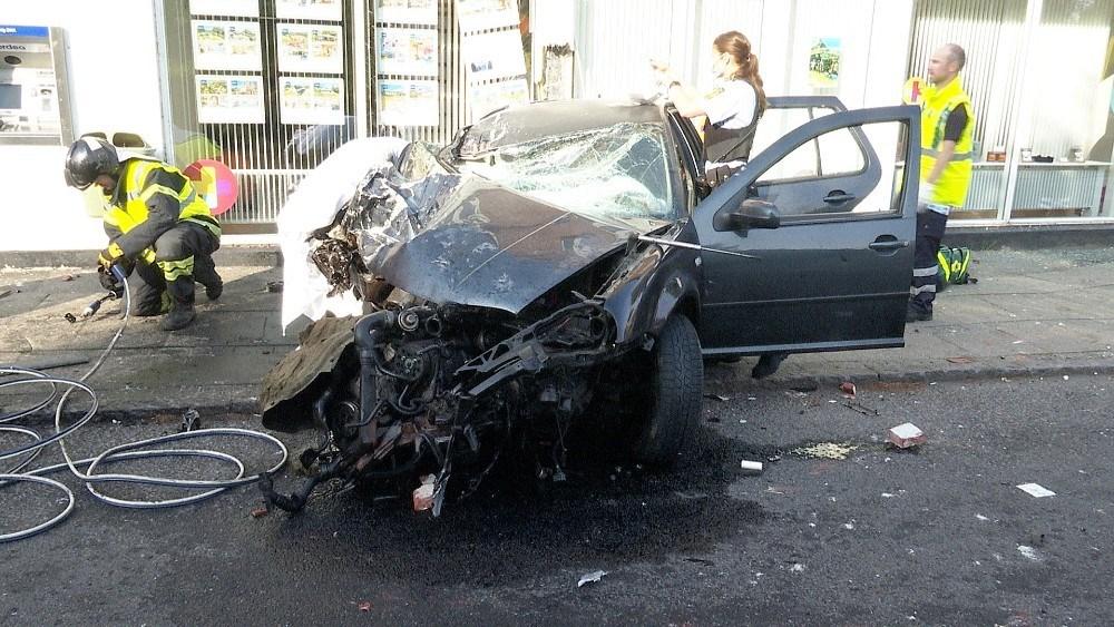 Bilen som de to unge mænd var kørende i blev totalskadet. Foto: Jens Nielsen