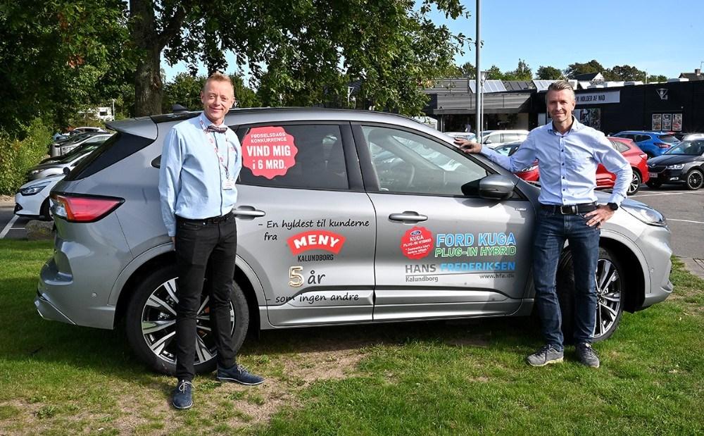 Menykøbmand Peter Egebæk og Mathias Lykke, forretningschef, Hans Frederiksen A/S foran den helt nye Ford Kuga som en heldig kunde kan vinde i et halvt år. Foto: Jens Nielsen